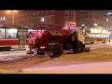 5.12.2013. Ижевск. Снегоуборочный грузовик дико буксует.